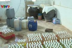 Phát hiện cơ sở sản xuất giấm gạo trộn hóa chất