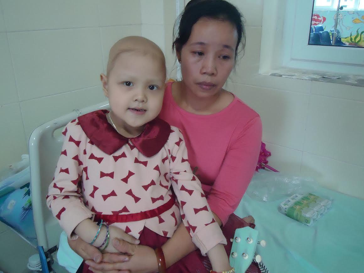 Xót xa bé gái ung thư thận vẫn cố cười thật tươi cho mẹ khỏi buồn