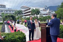 Đại gia may váy cưới dài 6 km cho con gái cưng