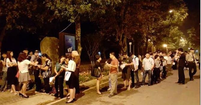 Xếp hàng mua căn hộ ở Hà Nội và cái kết đắng