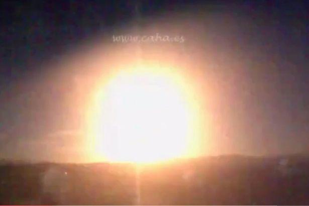 Quả cầu lửa khổng lồ nổ rung chuyển Tây Ban Nha
