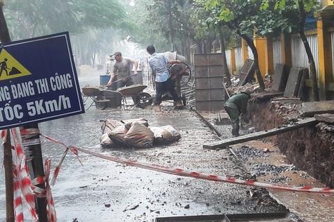 Chủ tịch TP yêu cầu dừng, chủ thầu vẫn thảm bê tông dưới mưa lũ