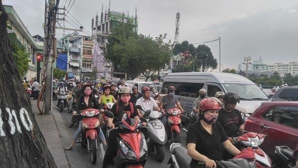 """4 tháng chưa khắc phục xong """"hố tử thần"""", dân Sài Gòn bức xúc"""