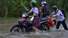 """Trời không mưa, người Sài Gòn vẫn """"bì bõm"""" tìm đường về"""