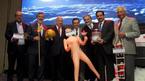 Dân sôi sục vì bộ trưởng chụp ảnh với búp bê tình dục