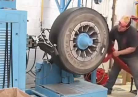 Bá đạo công nghệ biến lốp xe cũ thành mới trong tích tắc