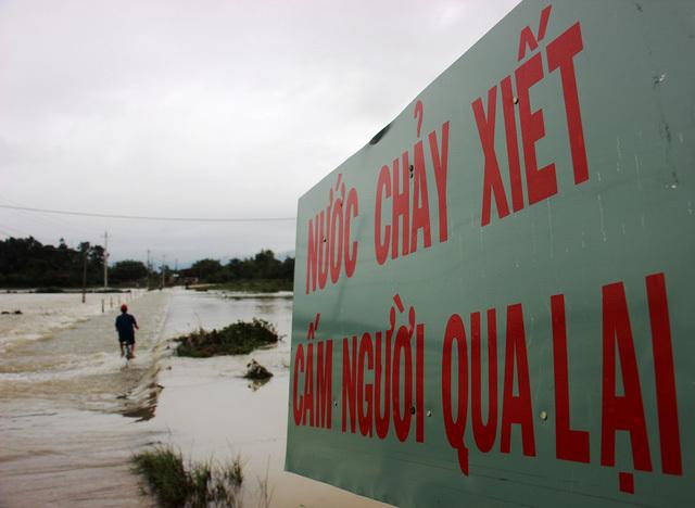 Sụt hố sâu, nước chảy cuồn cuộn dưới nền nhà dân