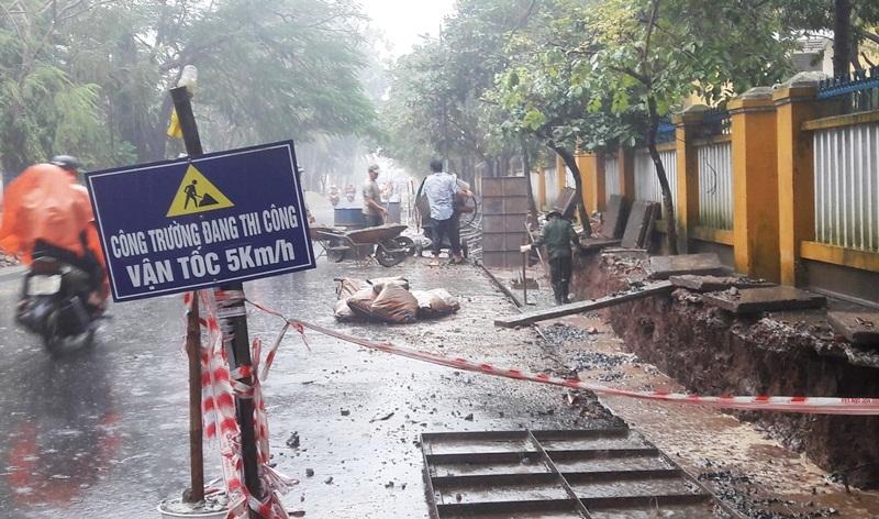 Hội An: Sẽ đập bỏ đoạn công trình thi công dưới mưa