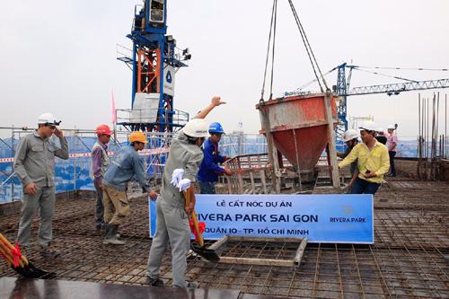 Rivera Park Sài Gòn cất nóc sớm