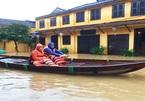 Hội An chìm trong nước lũ, du khách bơi thuyền dạo phố
