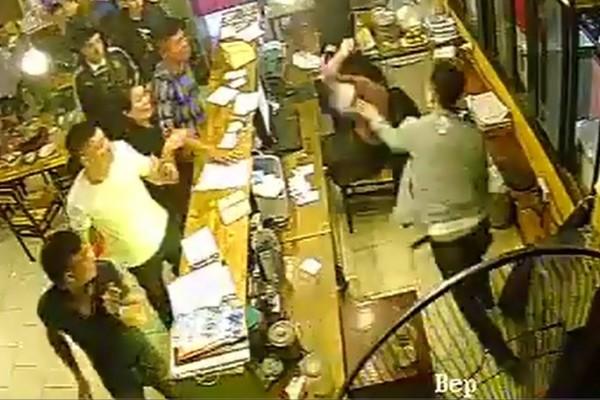 Thông tin bất ngờ vụ nữ nhân viên nhà hàng bị hành hung