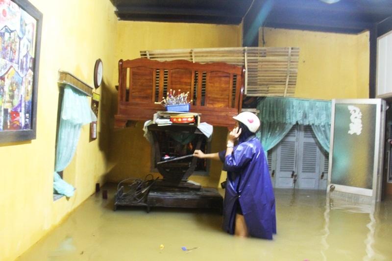 CLIP: Phố cổ Hội An ngập trong biển nước