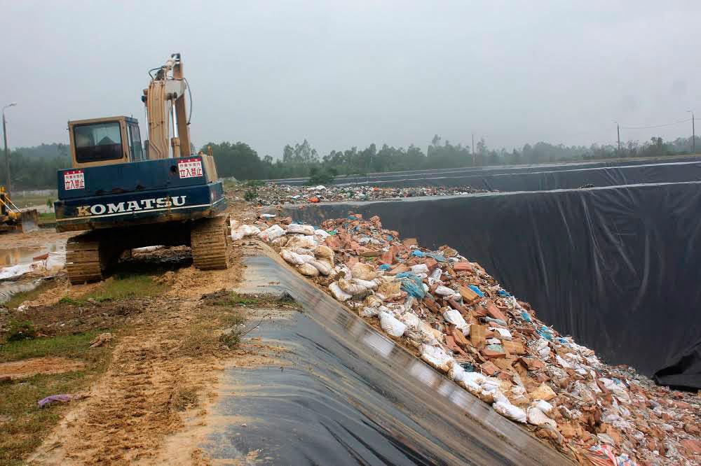 Bộ trưởng thăm khu tiêu hủy hải sản nhiễm độc ở Hà Tĩnh