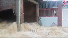 Lũ xối cuồn cuộn, đục thủng tường ở Nha Trang