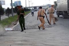 Cảm phục CSGT dọn từng viên đá trên đường giúp dân