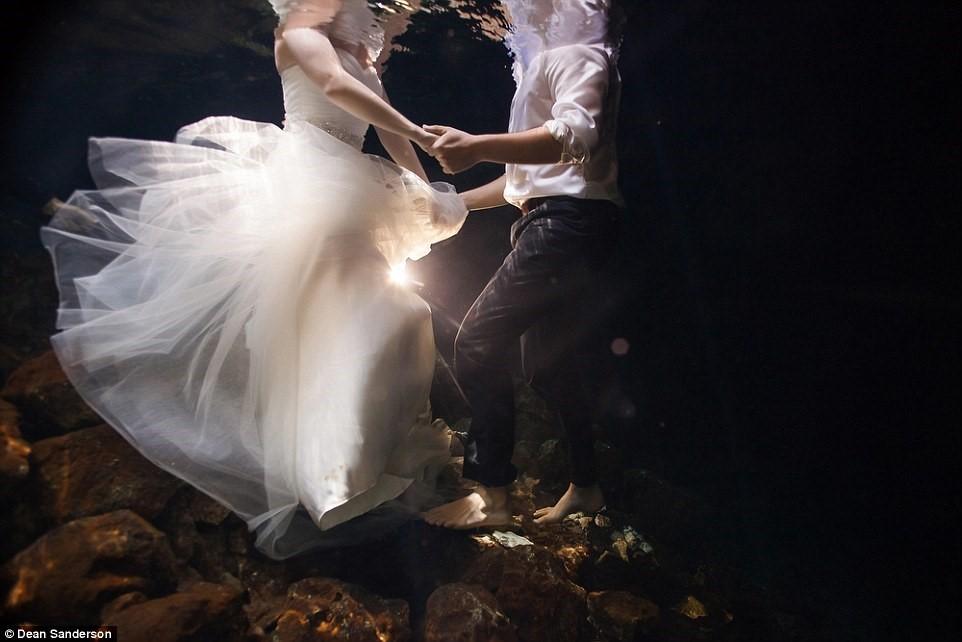Cô dâu, chú rể chụp ảnh cưới trong 'hố thần tiên'