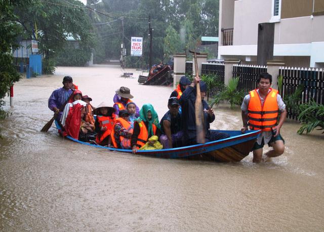 Thủ tướng trực tiếp chủ trì ứng cứu lũ lụt miền Trung