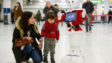 Sân bay Anh dùng robot biết đi để giải trí cho khách