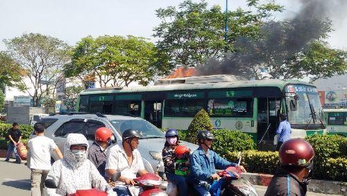 Hàng chục khách xô cửa tháo chạy khỏi xe buýt rực lửa