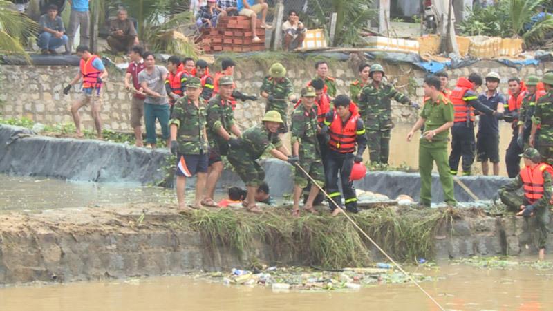 Trăm thùng dầu bị quật vỡ theo lũ xối qua nhà dân