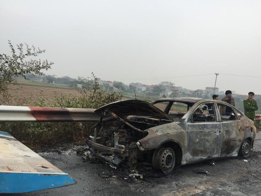 Ô tô bốc cháy rừng rực trên cao tốc Pháp Vân-Cầu Giẽ