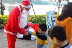'Ông già Noel' đổi rác lấy quà ở phố đi bộ Hồ Gươm