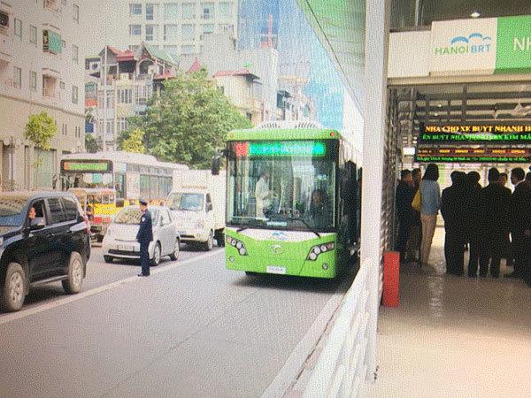 Xe buýt nhanh bất ngờ chở lãnh đạo Sở trên phố