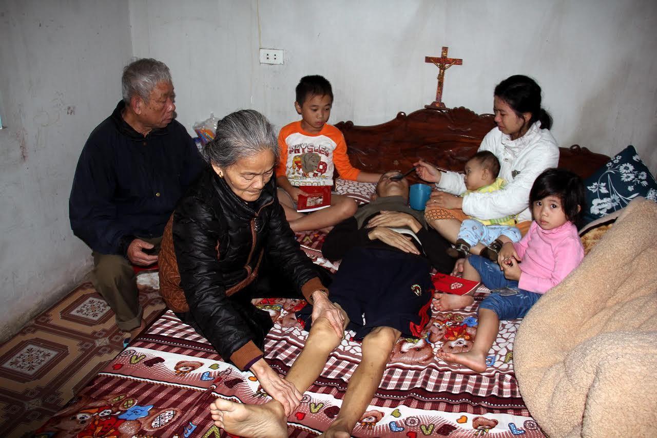 Chồng xin chết để giảm gánh nặng cho vợ đau yếu nuôi 3 đứa con thơ