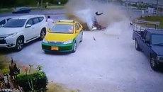 Cảnh tượng kinh hoàng khi xe ôtô mất lái