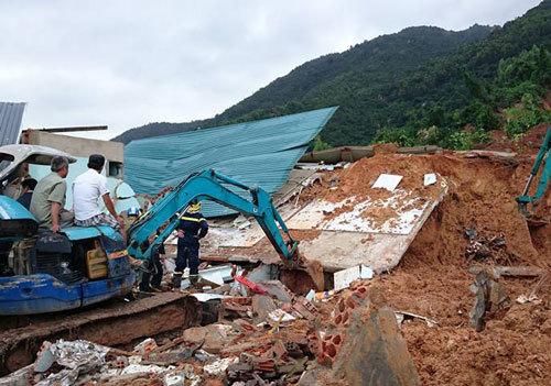 Lở núi vùi 10 căn nhà ở Nha Trang, 2 người chết