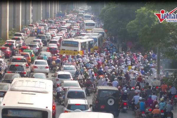 Giao thông HN lộn xộn, sao phải 'ưu ái' buýt nhanh?