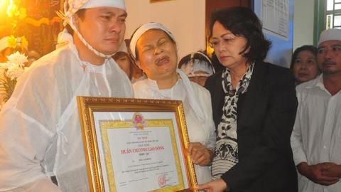 Truy tặng huân chương Lao động hạng nhì cho ĐB Ngô Văn Minh