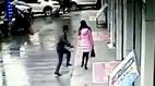 Thiếu nữ bị cướp, người hùng lạ mặt lao tới như tia chớp