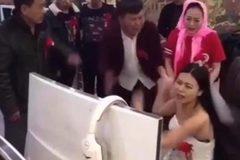 Bi hài cảnh cô dâu nghiện game quyết không rời máy tính tới lễ cưới