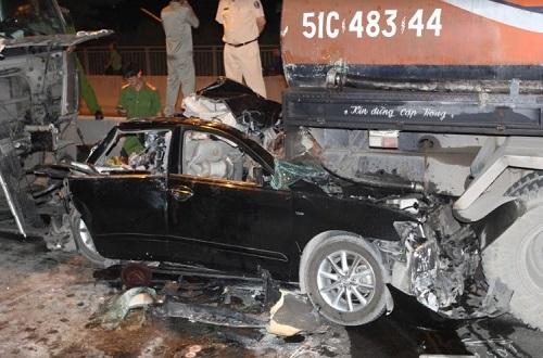Xe Camry bị tông bẹp dúm trên cầu Phú Mỹ, tài xế tử vong