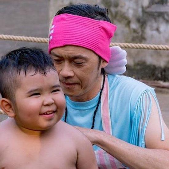 Hoài Linh làm bảo mẫu, Hoàng Thùy Linh bị muỗi đốt sưng chân
