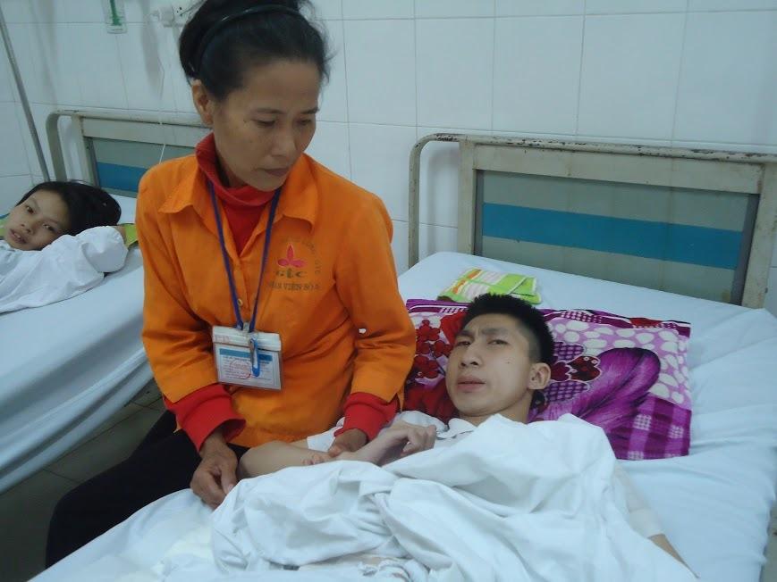 Mẹ nghèo khóc mờ mắt vì không có 40 triệu phẫu thuật cho con
