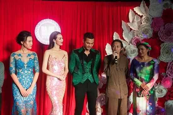 Hoài Linh mặc áo bà ba đi ra mắt phim