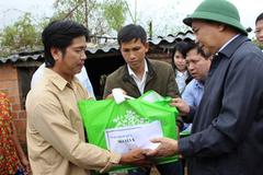 Thủ tướng thăm hỏi người dân vùng lũ Bình Định