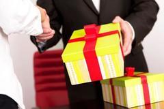 Ban Bí thư: Nghiêm cấm tặng quà Tết cấp trên dưới mọi hình thức