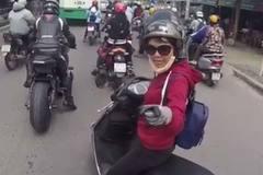 Cô gái chặn đầu xe mô tô, mắng tài xế 'chạy xe phải có não'