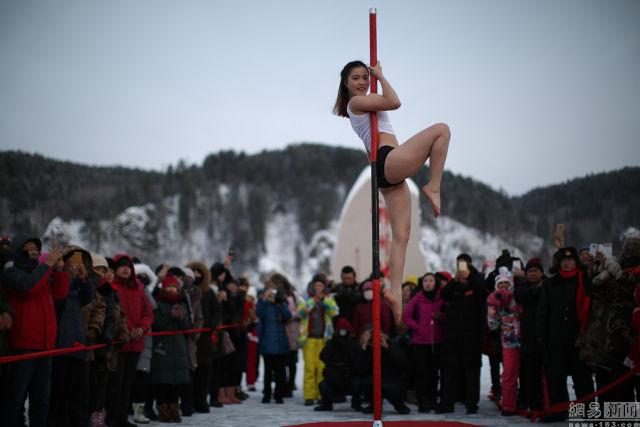 Xem biểu diễn múa cột ngoài trời lạnh thấu xương
