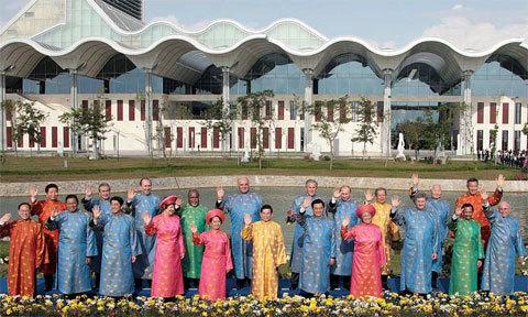 Vietnam prepares costumes for APEC leaders at APEC Summit 2017