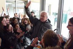 700 học sinh xếp hàng cảm ơn thầy giáo thể dục vào ngày nghỉ hưu