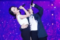 Hà Anh Tuấn ôm eo Phương Linh trước hàng nghìn khán giả