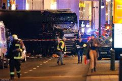 Khoảnh khắc xe tải đen khổng lồ lao vào chợ Berlin