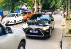 Những chiếc xe gắn 'bùa hộ mệnh', ngang ngược gây rối trên đường