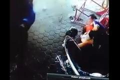 Bố cứu mạng 2 con trước mũi ô tô bị mất lái