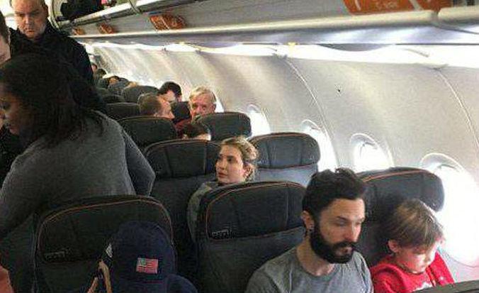 Đòi quyền có chỗ chơi cho con trên máy bay, cửa thoát hiểm