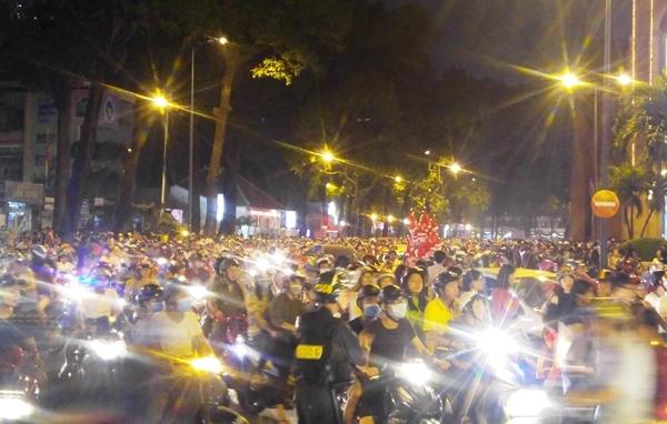 Người Sài Gòn đổ về trung tâm TP đón Giáng sinh